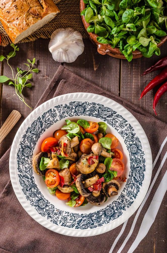 Foto de Salada Quente de Cogumelos, Tomate e Manjericão por WW