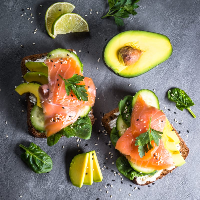 Foto de Sanduíche aberto de salmão com abacate por WW