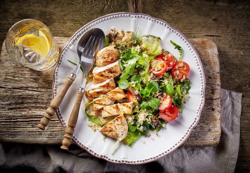 Foto de Frango com Salada de Quinoa por WW