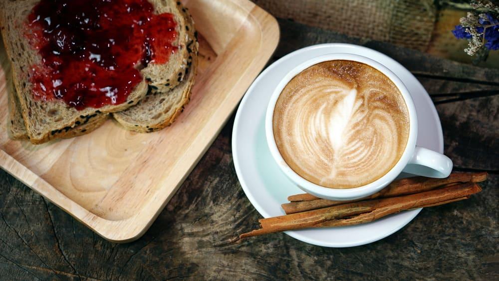 Foto de Café com Leite e Torrada com Geleia por WW