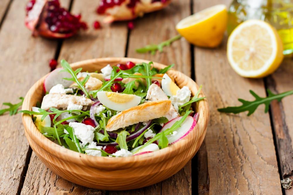 Foto de Salada Verde com Frango e Queijo Feta por WW