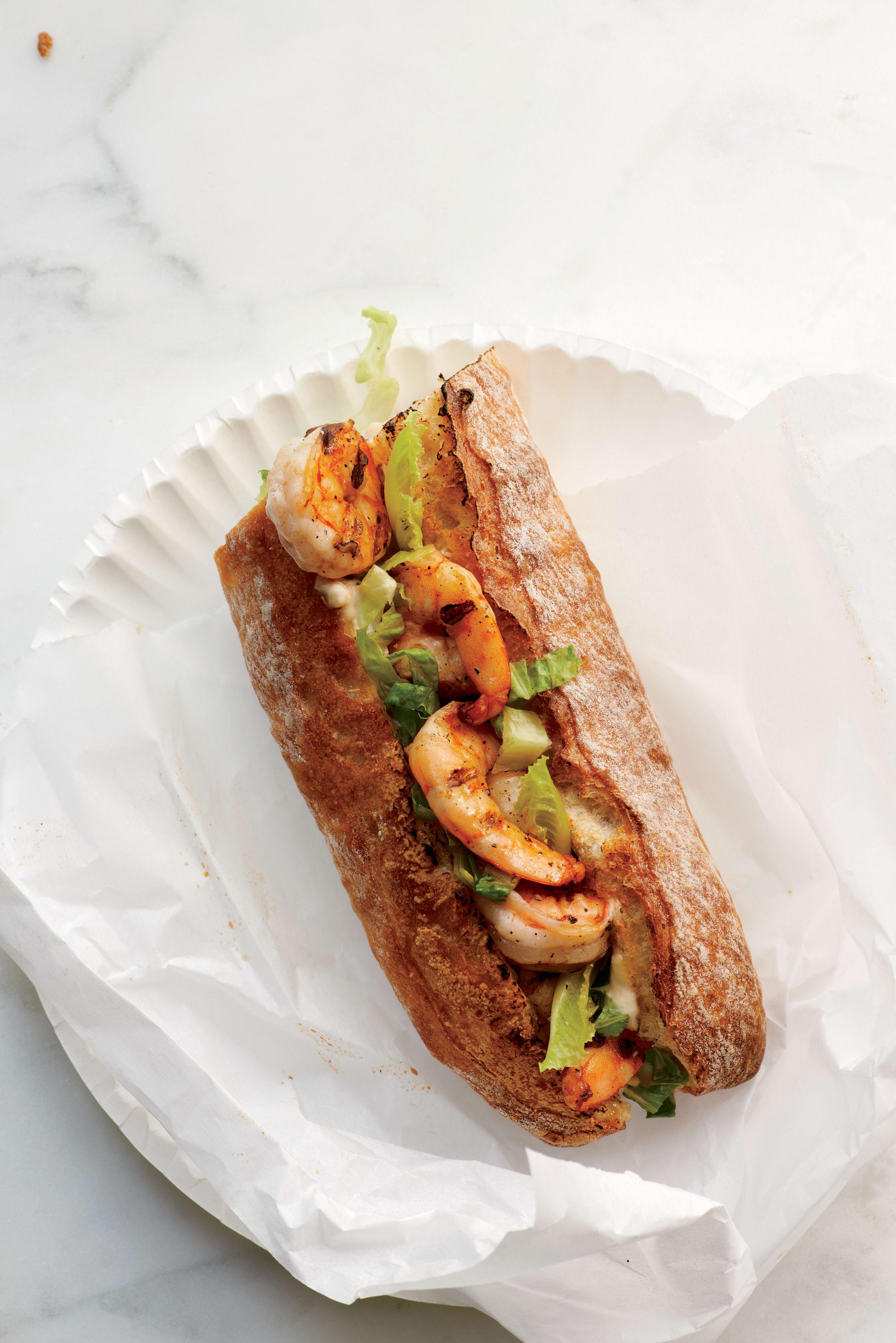 Foto de Sanduíche de camarão com salada caesar por WW