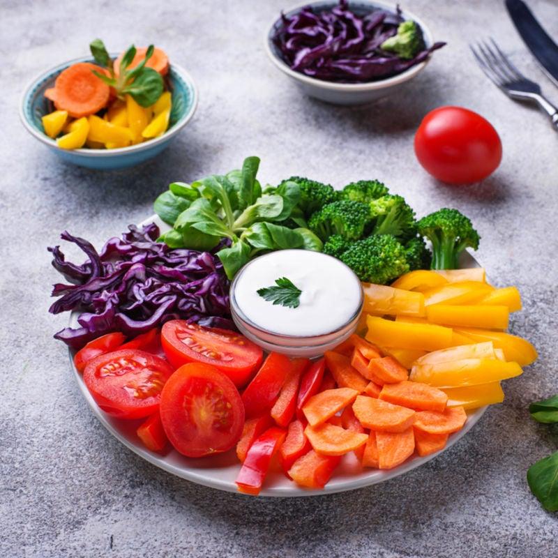 Foto de Salada arco-íris com molho de iogurte e limão por WW