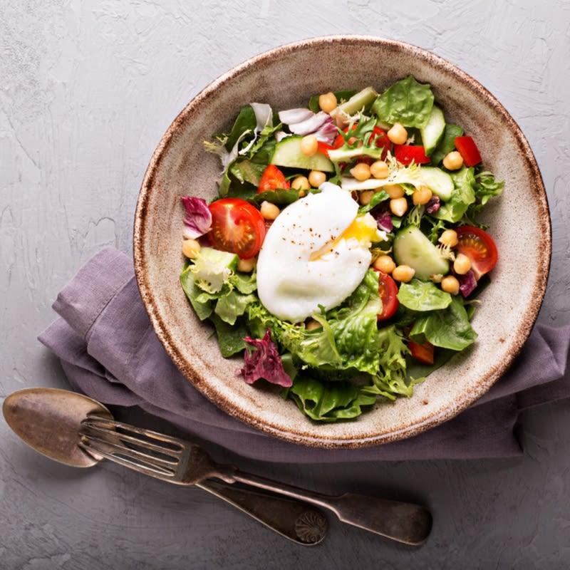 Foto de Salada com grão-de-bico e ovo pochê por WW