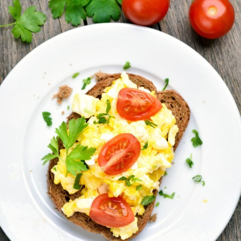 Foto de Torrada com Ovos Mexidos e Tomate por WW