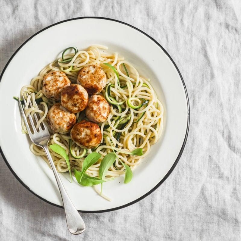 Foto de Almôndegas de frango com espaguete, abobrinha e sálvia por WW