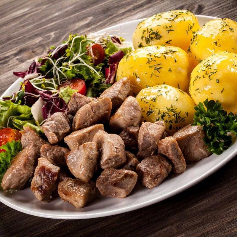 Foto de Carne com Batatas Cozidas e Salada Verde por WW