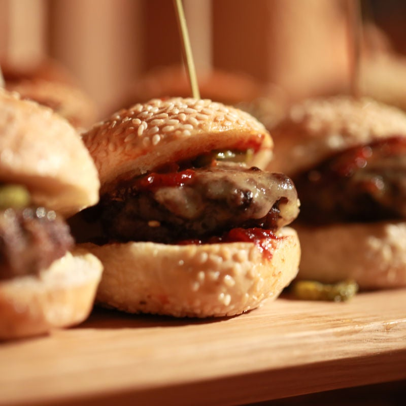 Foto de Mini cheeseburgers com picles por WW