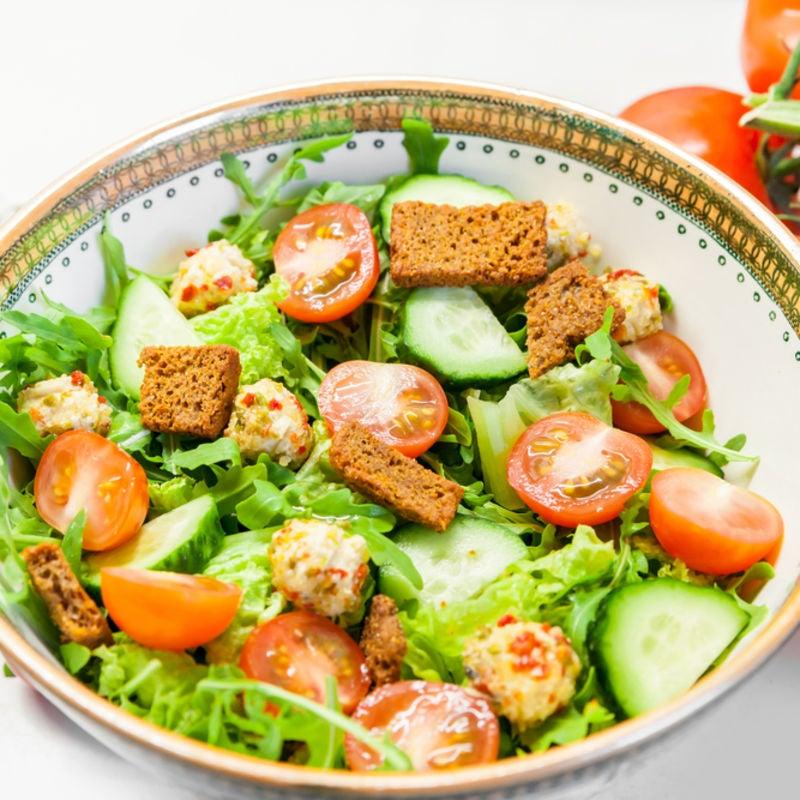 Foto de Salada de Tomate e Pepino com Croutons por WW
